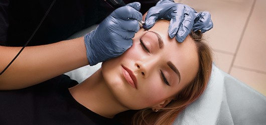 Image of a beautician performing an eyebrow microblading